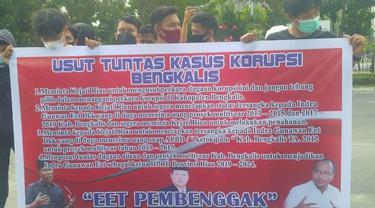 Demonstrasi mahasiswa terkait korupsi jalan di Bengkalis di Kejati Riau.