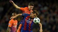 Pemain Barcelona, Ivan Rakitic, berebut bola dengan pemain Manchester City, John Stones, dalam laga Grup C Liga Champions di Camp Nou, Barcelona, Kamis (20/10/2016) dini hari WIB. (AFP/Lluis Gene)