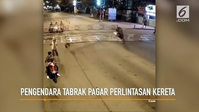 Rekaman pengendara motor menabrak pagar perlintasan kereta.