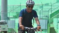 Pelatih kiper Arema, Yanuar Hermansyah dengan sepeda andalannya. (Bola.com/Iwan Setiawan)