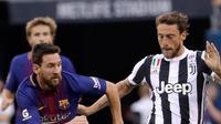 Penyerang Barcelona, Lionel Messi berusaha merebut bola dari gelandang Juventus, Claudio Marchisio saat bertanding pada ICC 2017 di Stadion MetLife di East Rutherford, N.J. (22/7). Barcelona menang atas Juventus dengan skor 2-1. (AP Photo / Julio Cortez)