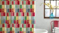 Membersihkan tirai shower sendiri justru lebih hemat dan bersih. Anda pun bisa langsung menggunakannya kembali setelah kering.