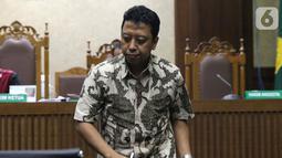 Terdakwa dugaan suap jual-beli jabatan di lingkungan Kemenag, M Romahurmuziy usai menjalani sidang pembacaan putusan sela di Pengadilan Tipikor, Jakarta, Senin (9/10/2019). Majelis hakim menolak eksepsi yang diajukan terdakwa dan penasehat hukum terdakwa. (Liputan6.com/Helmi Fithriansyah)
