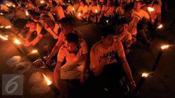 Puluhan karyawan Artha Graha Peduli menggelar aksi Earth Hours dengan menyalakan lilin di kawasan SCBD Jakarta, Sabtu (25/3) malam. Aksi tersebut sebagai bentuk kepedulian dalam mengurangi emisi gas rumah kaca di kawasan SCBD. (Liputan6.com/Fery Pradolo)