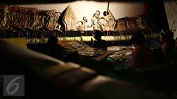 Salah satu personel sanggar seni tradisional Gong Si Bolong (Pusaka Jaya) berperan dalam Pentas pewayangan di sebuah acara pernikahan di kawasan Depok, 15 Januari 2017. (Liputan6.com/Helmi Afandi)