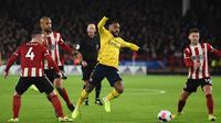 Striker Arsenal, Alexandre Lacazette, berusaha mengontrol bola saat melawan Sheffield United pada laga Premier League di Stadion Bramall Lane, Sheffield, Senin (21/10). Sheffield menang 1-0 atas Arsenal. (AFP/Oli Scarff)