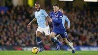 Striker Manchester City, Raheem Sterling menggiring bola dari kawalan gelandang Chelsea, Mateo Kovacic selama pertandingan lanjutan Liga Premier Inggris di Stamford Bridge di London (8/12). Chelsea menang 2-0 atas City. (AP Photo/Tim Ireland)