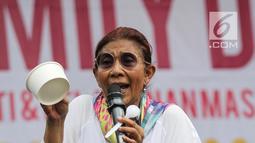 Menteri KKP Susi Pudjiastuti membawa mangkuk kertas saat memberikan sambutan acara Family Day AGP di Pasar Akhir Pekan SCBD, Jakarta, Minggu (25/11). Susi mengatakan plastik susah terurai dan menjadi penyumbang sampah terbesar. (Liputan6.com/Fery Pradolo)