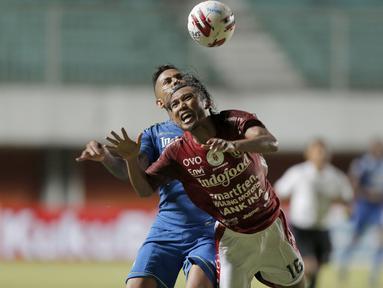 Gelandang Bali United, Hariono (depan) harus didorong oleh striker Persib Bandung, Wander Luiz Queiroz Dias, dalam laga Grup D Piala Menpora 2021 di Stadion Maguwoharjo, Sleman. Rabu (24/3/2021). Bali United bermain Imbang 1-1 dengan Persib. (Bola.com/Arief Bagus)