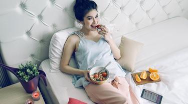 Jelang kelahiran sang buah hati, penampilan Sandra Dewi justru semakin modis. Tak seperti wanita hamil pada umumnya yang memilih pakaian longgar, Sandra Dewi tak takut untuk bereksperimen dalam bergaya. Contohnya saat ia mengenakan hotpants dan kemeja lengan panjang. (Liputan6.com/IG/@sandradewi88)