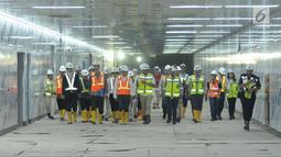 Menteri Luar Negeri Jepang Taro Kono (ketiga kiri depan) saat meninjau perkembangan proyek kereta MRT di Stasiun Bundaran HI, Jakarta, Senin (25/6). Pembangunan MRT merupakan kerja sama Indonesia dan Jepang. (Liputan6.com/Helmi Fithriansyah)