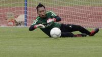 Kiper Timnas Indonesia U-22, Awan Setho, menangkap bola saat latihan di Stadion Madya, Jakarta, Jumat (18/1). Latihan ini merupakan persiapan jelang Piala AFF U-22. (Bola.com/Yoppy Renato)