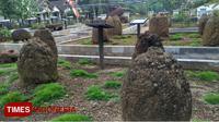 Deretan benda Megalitikum berupa Batu Kenong yang dianggap memiliki kekuatan mistis yang terdapat di Pusat Informasi Megalitikum Bondowoso Desa Pekauman Kecamatan Grujugan (FOTO: Moh Bahri/TIMES Indonesia)