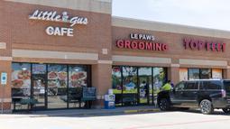Sebuah kafe dan salon perawatan hewan peliharaan dibuka kembali di Plano, Kota Dallas, Texas, Amerika Serikat, Jumat (1/5/2020). Pada tahap pertama pembukaan kembali kegiatan bisnis, beberapa toko retail, restoran, bioskop, dan pusat perbelanjaan diizinkan untuk dibuka. (Xinhua/Tian Dan)