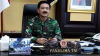Panglima TNI Marsekal Hadi Tjahjanto melakukan rapat kerja dengan jajaran TNI melalui video conference. Rapat tersebut dilaksanakan dengan para Kepala Staf Angkatan, Pangkotama dan seluruh Pejabat Utama TNI.