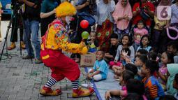 Badut yang tergabung dalam ABI menghibur anak-anak di pengungsian korban banjir di Gor Pangadegan, Jakarta, Selasa (7/1/2020). Dengan memberikan hiburan diharapkan anak-anak dapat melupakan kesedihan dan keresahan yang sedang mereka alami pasca bencana banjir. (Liputan6.com/Faizal Fanani)