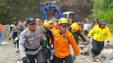 Korban kedua yang terimbun pasir di penambangan Desa Tembi, Kejajar, Wonosobo dievakuasi. (Foto: Liputan6.com/Polres Wonosobo/Muhamad Ridlo)