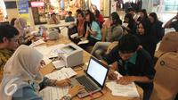 Masyarakat melakukan pendaftaran aktivasi pajak online di salah satu pusat perbelanjaan, Jakarta, Jumat (11/3). Mengacu data Kementerian Keuangan, kinerja penerimaan pajak negara dalam dua bulan pertama tahun 2016 masih loyo. (Liputan6.com/Angga Yuniar)