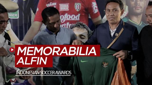 Berita video beberapa barang memorabilia Alfin Lestaluhu di Timnas Indonesia U-16 diberikan pelatih Bima Sakti kepada ayah dari Alfin, Erwin Lestaluhu, di Indonesian Soccer Awards 2019.