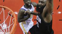 Aksi pemain Houston Rockets, James Harden melakukan dunks saat melawan Golden State Warriors pada gim kelima final NBA basketball Wilayah Barat di Toyota Center, Houston, (24/5/2018). Houston menang 98-94. (AP/David J. Phillip)