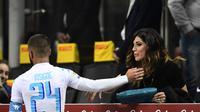 Pemain Timnas Italia Lorenzo Insigne dan kekasihnya Genoveffa Darone. (AFP/Migeul Medina)