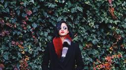 Saat liburan di Seoul, gadis yang masih berusia 22 tahun ini tampak percaya diri dengan kacamata hitamnya. Masih menggunakan busana bertema musim dingin, syal bulu didominasi warna merah tampak menghangatkan badannya. (Liputan6.com/IG/@aghninyhaque)
