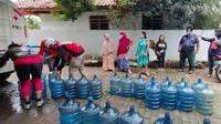 PMI Kota Depok memberikan bantuan kepada masyarakat terdampak banjir. (Liputan6.com/Dicky Agung Prihanto)
