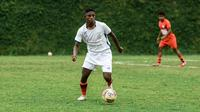 Hugo Samir, putra pertama pelatih Persipura Jayapura, Jacksen Tiago. (Bola.com/Iwan Setiawan)