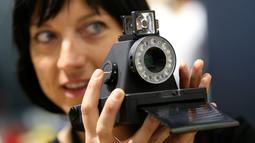 Pengunjung wanita mengoperasikan kamera Mustahil I-1 saat berlangsungnya Pameran Photokina di Cologne, Jerman, (20/9). Pameran ini berlangsung 20-25 September 2016. (REUTERS/Fabrizio Bensch)