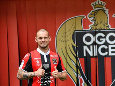 Gelandang asal Belanda, Wesley Sneijder, diperkenalkan sebagai pemain baru Nice di Stadion Allianz Riviera, Nice, Selasa (9/8/2017). Dirinya didatangkan secara gratis dari klub Turki, Galatasaray. (AFP/Yann Coatsaliou)