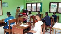 Foto: Pelajar berkebutuhan khusus di SLB Beru, Kabupaten SIKKA NTT sedang mengikuti kegiatan belajar mengajar (Liputan6.com/Dion)