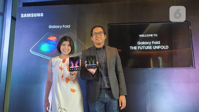 Product Marketing Manager-Premium Smartphone Samsung Electronics Indonesia Annisa Maulina dan Product Manager SEIN Taufic Furqan memegang Samsung Galaxy Fold. Liputan6.com/Agustin Setyo W.