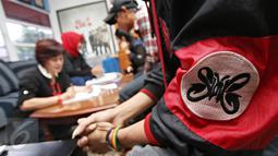 Salah satu Slankers saat akan mengisi formulir untuk menjalani tes HIV di Jakarta, Selasa (8/12). Kegiatan tersebut diadakan sebagai bentuk kepedulian Slank bersama Slankers dalam peringatan hari AIDS sedunia. (Liputan6.com/Immanuel Antonius)