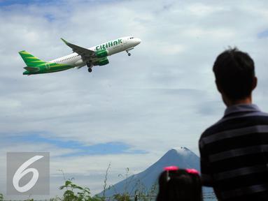 Warga menyaksikan pesawat komersial take off dari bandara Adisucipto,Yogyakarta, (6/2).Setelah di tutup pada 5/2 sore kemaren akibat cuaca buruk, bandara di buka kembali mengantisipasi lonjakan penumpang jelang liburan imlek. (Liputan6.com/Boy Harjanto)