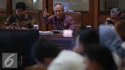 Menristek Dikti Mohamad Nasir memberikan keterangan pers di Gedung BPPT, Jakarta, Rabu (26/10). M Nasir mengungkapkan, dalam pemilihan rektor banyak terjadi masalah, misalnya dalam masalah voting. (Liputan6.com/Faizal Fanani)