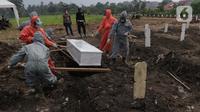 Petugas melakukan pemakaman jenazah dengan protokol Covid-19 di TPU Srengseng Sawah Dua, Jakarta, Kamis (18/3/2021). Dinkes DKI Jakarta mencatat penambahan kasus kematian akibat Covid-19 pada Maret 2021 berada diatas 40 atau meningkat dari 1,6 menjadi 1,7 persen. (Liputan6.com/Helmi Fithriansyah)