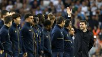 Mauricio Pochettino memimpin skuatnya memberikan penghormatan terakhir untuk White Hart Lane. (AFP/Ian Kington)