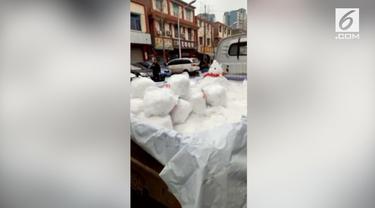 Warga Kota Chengdu, China menjadikan salju sebagai mata pencaharian. Mereka membuat boneka salju dan menjualnya dengan harga sekitar Rp 36 ribu.