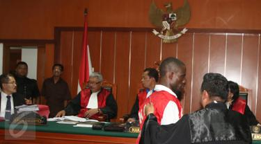 Terdakwa kasus narkotika sabu seberat 6,3 kg Arinze Petrus Eneh (kedua kanan) menjalani sidang vonis di PN Jakarta Barat, Jakarta, (18/5). Majelis Hakim  PN Jakarta Barat menjatuhkan vonis 20 tahun penjara kepada Arinze Petrus. (Liputan6.com/Helmi Afandi)