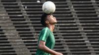 Pemain Timnas Indonesia U-22, Bagas Adi, memainkan bola saat latihan jelang laga final Piala AFF U-22 2019 di Olympic Stadium, Phnom Penh, Kamboja, Senin (25/2/2019). Indonesia akan melawan Thailand. (Bola.com/Zulfirdaus Harahap)