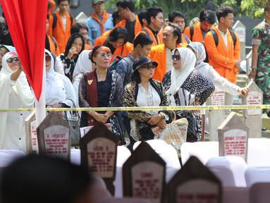 Warga menghadiri pemakaman Presiden ke-3 RI BJ Habibie di TMP Kalibata, Jakarta, Kamis (12/9/2019). Proses pemakaman Habibie terbuka untuk umum. (Liputan6.com/Herman Zakharia)