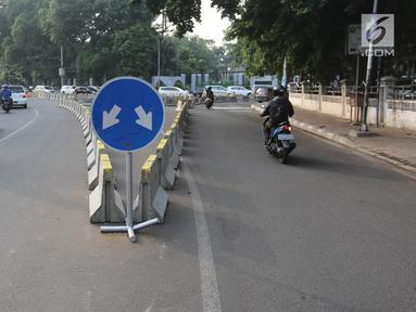 Markah jalan petunjuk arah saat dilakukan rekayasa lalu lintas di Jalan Proklamasi, Jakarta, Senin (16/4). Sehubungan dengan diberlakukannya uji coba underpass Matraman-Salemba, ruas Jalan Proklamasi diberlakukan dua arah. (Liputan6.com/Arya Manggala)