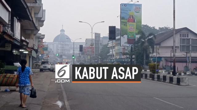 Senin (23/9) dini hari hujan sempat mengguyur Pontianak, Kalimantan Barat. Namun hujan tidak langsung menghilangkan kabut asap di kota tersebut.
