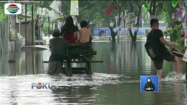 Banjir melanda perumahan di kawasan Periuk, Kota Tangerang, Banten. Banjir yang mencapai 80 sentimeter mengganggu aktivitas warga.