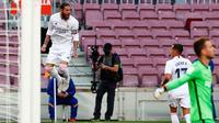 Bek Real Madrid, Sergio Ramos berhasil mencetak gol ke gawang Barcelona pada laga La Liga bertajuk El Clasico di Nou Camp, Sabtu (24/10/2020). Barcelona harus menelan pil pahit kalah 1-3 dari musuh bebuyutannya Real Madrid di kandang sendiri, Nou Camp. (AP Photo/Joan Monfort)