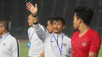 Pelatih Timnas Indonesia U-22, Indra Sjafri, menyapa suporter usai mengalahkan Kamboja U-22 pada laga Piala AFF U-22  di Stadion National Olympic, Phnom Penh, Jumat (22/2). Indonesia menang 2-0 atas Kamboja. (Bola.com/Zulfirdaus Harahap)