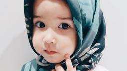 Anak dari Yasmine Wildblood, Seraphina Rose tampak begitu imut saat mengenakan hijab. Keimutan Sera pun membuat warganet jadi gemas saat melihatnya. (Foto: instagram.com/yasminexitenun)