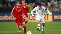 Striker Portugal, Cristiano Ronaldo, berusaha melewati gelandang Serbia, Nemanja Matic, pada laga Kualifikasi Piala Eropa 2020 di Belgrade, Sabtu (7/9). Serbia kalah 2-4 dari Portugal. (AFP/Pedja Milosavljevic)