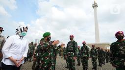 Pangdam Jaya Mayjen TNI Dudung Abdurachman bersama Wali Kota Tangerang Selatan, Airin Rahmi Diany menyapa pasukan saat apel gelar pasukan di Lapangan Silang Monas, Jakarta, Jumat (20/11/2020). (merdeka.com/Imam Buhori)