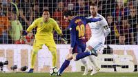 Proses terjadinya gol yang dicetak striker Barcelona, Lionel Messi, ke gawang Real Madrid pada laga La Liga Spanyol di Stadion Camp Nou, Barcelona, Minggu (6/5/2018). Kedua klub bermain imbang 2-2. (AFP/Josep Lago)